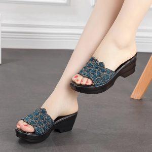 Nên tặng giày cho phụ nữ trung niên
