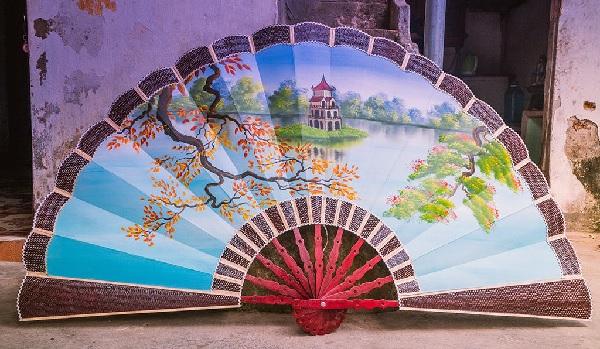 Quạt giấy được trang trí khung cảnh hồ Hoàn Kiếm