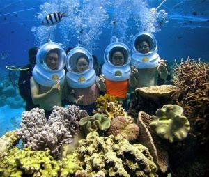 Du khách khám phá tour đi bộ dưới biển